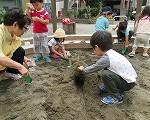 11:30 みんな、お砂場が大好きです。小さい子たちはわっこに残りゆったり過ごしています。